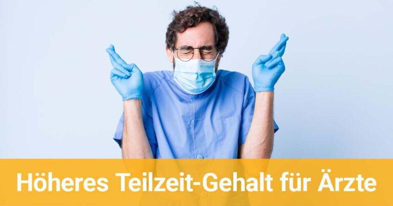 Arzt mit OP-Maske drückt die Daumen