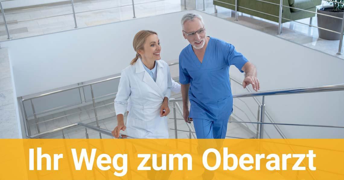 Zwei Ärzte gehen die Treppe hinauf
