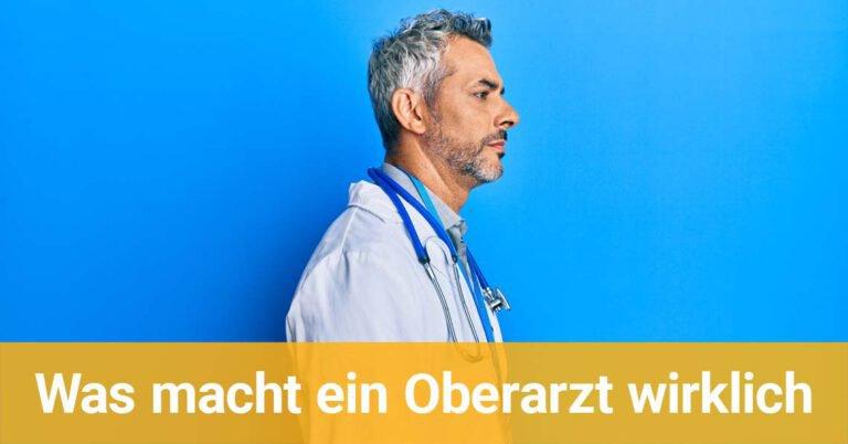 Arzt von der Seite vor einem blauen Hintergrund